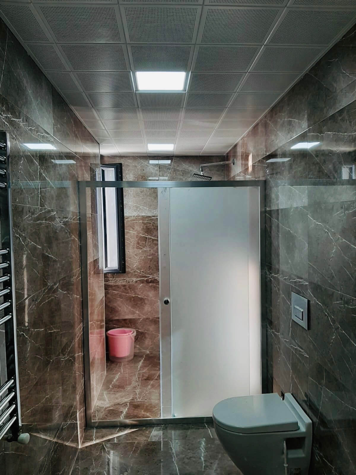 İki Duvar Arası Buzlu Cam Zemin Üzeri Duş Kabin Sistemi