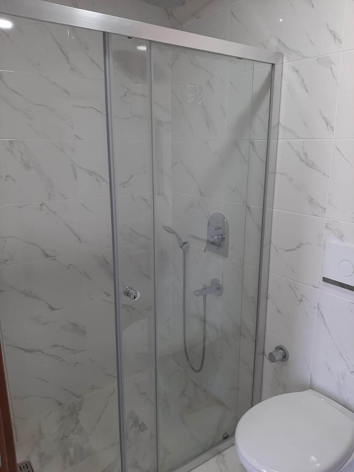 İki Duvar Arası Şeffaf Cam Zemin Üzeri Duş Kabin Sistemi